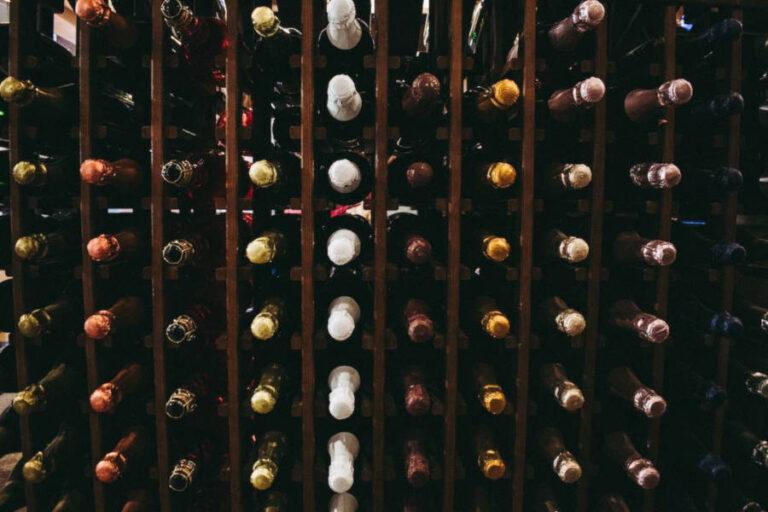 Mentre il vino francese affonda, il nostro paese regge l'urto del coronavirus e prova a consolidare le quote di mercato sottratte ai cugini d'oltralpe.